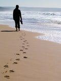 单独走的妇女 免版税库存图片