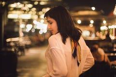 单独跳舞在酒吧的美丽的年轻女人在夜党 免版税库存照片