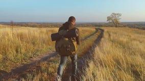 单独迁徙远足者人游人走的山 旅行与背包的活跃成功的人 汽车城市概念都伯林映射小的旅行 股票录像