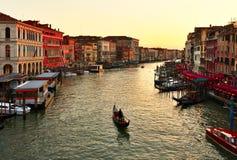 单独运河长平底船全部日落威尼斯 库存图片