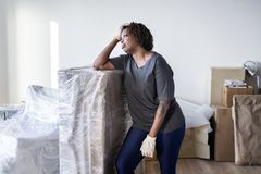 单独黑人妇女移动的家具 图库摄影