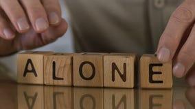 单独,做词的成熟人木立方体,孤独的人在老人院 股票视频