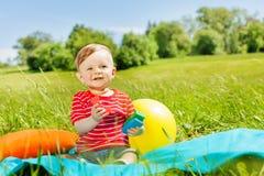 单独绿草的正面微笑的小孩 免版税库存照片
