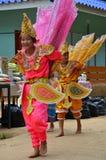 单的孩子他们展示旅客的kinnari舞蹈 免版税库存图片
