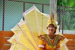 单的孩子他们展示旅客的kinnari舞蹈 图库摄影