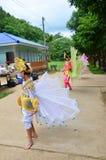 单的孩子他们展示旅客的kinnari舞蹈 免版税图库摄影