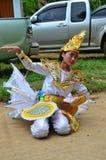 单的孩子他们展示旅客的kinnari舞蹈 库存照片