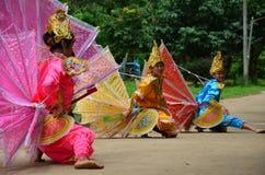 单的孩子他们展示旅客的kinnari舞蹈 免版税库存照片