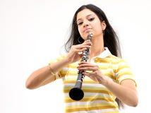 单簧管女孩使用少年 免版税库存照片
