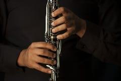 单簧管球员的手 免版税库存图片