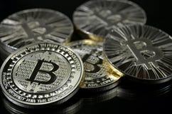 单粒宝石放置在黑背景的bitcoin硬币 库存图片