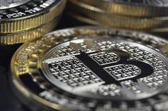 单粒宝石放置在黑背景的bitcoin硬币 免版税库存图片