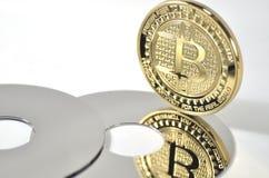 单粒宝石放置在黑背景的bitcoin硬币 库存照片