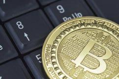 单粒宝石放置在黑背景的bitcoin硬币 免版税库存照片