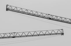 单色工业建筑用起重机在建筑区域, 免版税库存照片