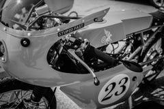 单色独特的习惯赛跑的摩托车 库存照片