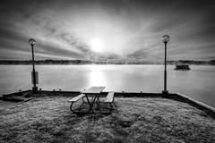单色看法的瑞典秋天湖 免版税库存图片