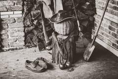 单色秋天静物画 南瓜,树桩,轴,在门廊的帽子 免版税图库摄影