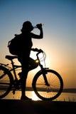 单车手休息 库存图片