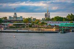 单轨铁路车和灰姑娘的城堡和葡萄酒火车站全景在不可思议的王国在华特・迪士尼世界 免版税库存照片