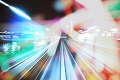 单轨铁路车在晚上通过城市光 免版税图库摄影