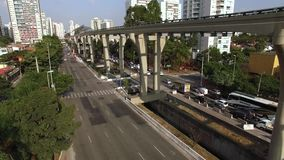 单轨铁路车系统的建筑,单轨铁路车线'17金子'新闻工作者罗伯特Marinho大道 股票录像