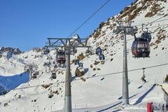 单音缆绳可拆的长平底船两个链接以高运输容量在小山上面举滑雪者在晴朗的Decemb的蒂罗尔阿尔卑斯 免版税库存图片