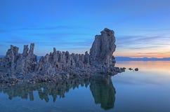 单音黎明的湖 库存照片