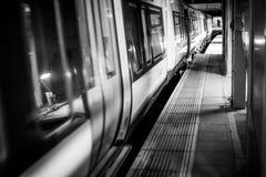 单音黑暗的管的火车 库存照片