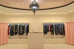 卖主和机架的工作场所有妇女` s衣物的 界面 库存照片