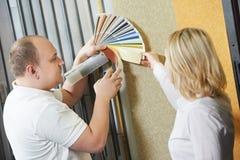 卖主和采购员配比的油漆颜色 库存照片