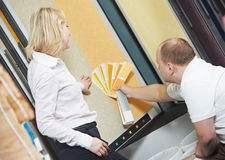 卖主和采购员配比的油漆颜色 免版税库存图片