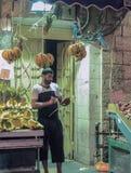卖主在他的附近站立自由雇佣企业在Mahane耶胡达市场上在耶路撒冷,以色列 免版税库存图片