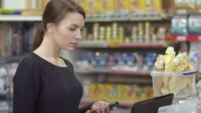 卖主在数据库中检查产品可用性在宠物店 股票视频