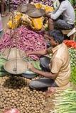 卖主在街市上卖新鲜的水果和蔬菜 许多人民在商店买在街道上的新鲜食品而不是 瘦的Sri 免版税库存照片