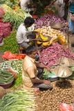 卖主在街市上卖新鲜的水果和蔬菜 许多人民在商店买在街道上的新鲜食品而不是 瘦的Sri 免版税库存图片