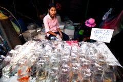 卖主界面在Chatuchak周末市场上 图库摄影