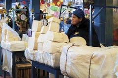 卖乳酪的未认出的玻利维亚的妇女在主要市场上在苏克雷,玻利维亚 免版税图库摄影