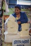 卖乳酪的未认出的玻利维亚的妇女在主要市场上在苏克雷,玻利维亚 图库摄影