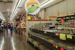 卖产品的许多供营商之一在一个室内市场上, Pennsylvannia, 2016年 库存照片