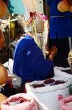 卖产品的Akha部落土产 免版税库存图片