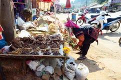 卖产品的Akha部落土产 免版税图库摄影