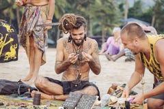 卖他的艺术的首饰艺术家在Kudli海滩, Gokarna,卡纳塔克邦,印度 免版税库存照片
