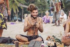 卖他的艺术的首饰艺术家在Kudli海滩, Gokarna,卡纳塔克邦,印度 库存图片