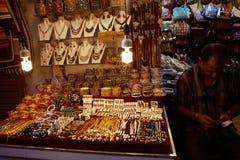 卖传统首饰的一个印地安人在他的商店 免版税图库摄影