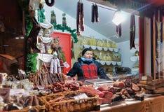卖传统物品的拉脱维亚妇女在里加圣诞节Ma 免版税图库摄影
