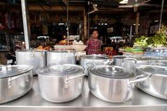 卖传统食物的高棉妇女在市场 免版税图库摄影