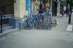 卖使用的自行车的巴黎人商店 图库摄影