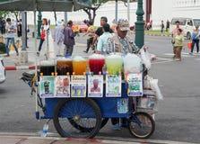卖冰果汁的摊贩推车 免版税图库摄影