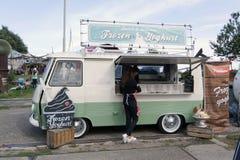 卖冰冻酸奶酪的食物卡车 免版税库存图片